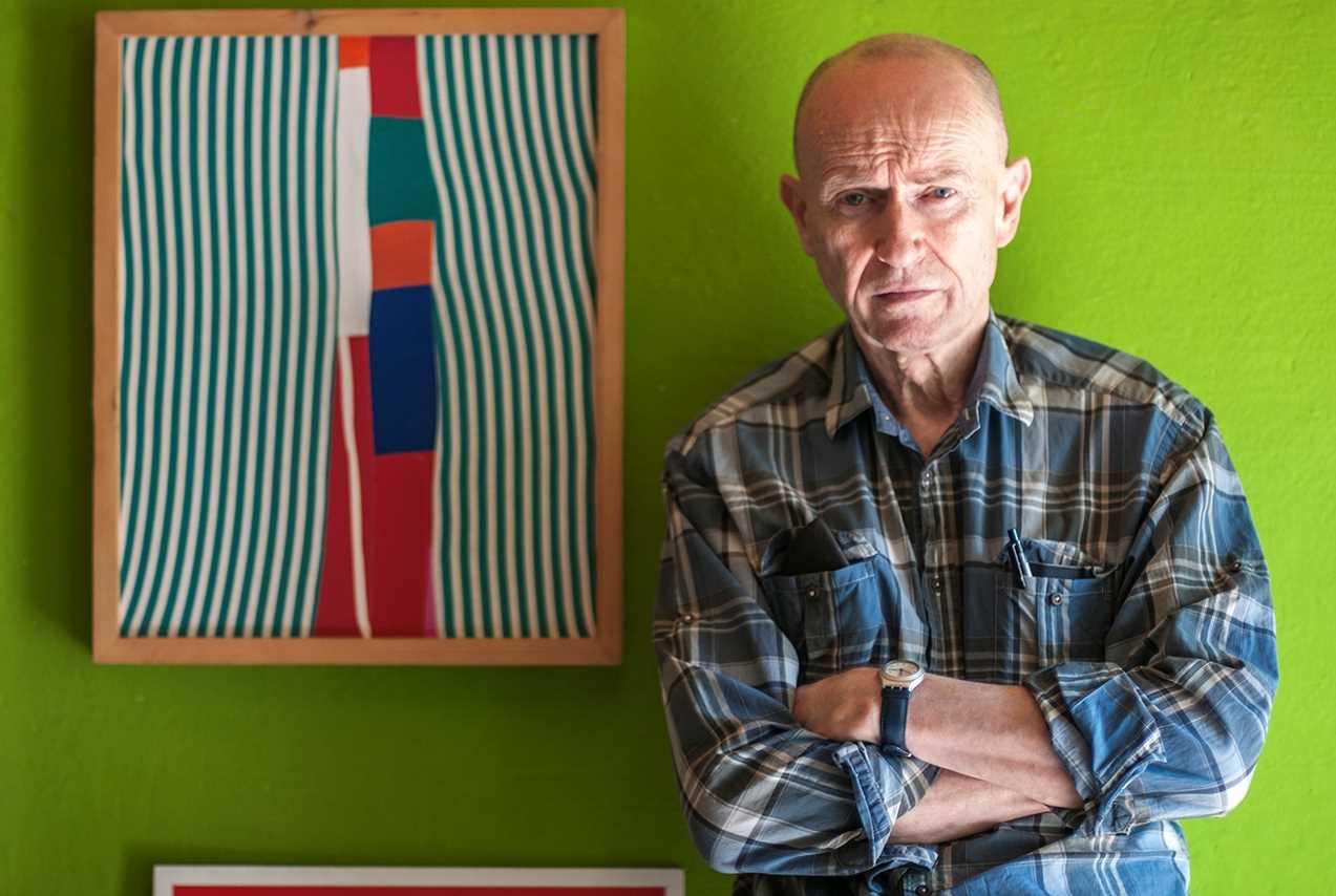 Felice Accame al costat d'un quadre de sa companya Anna Rocco