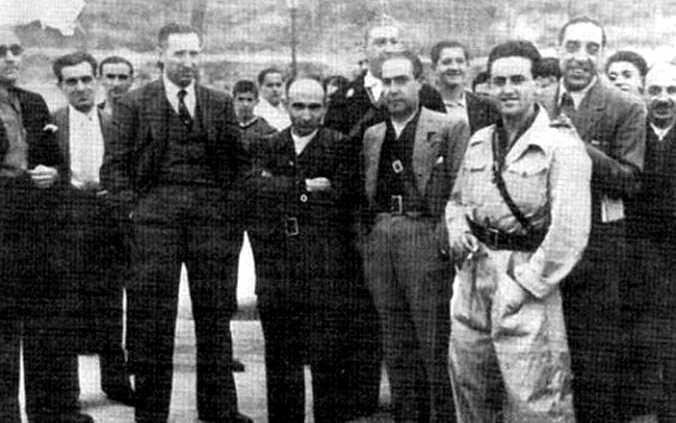 Després de la desfilada del Regiment «Pestaña», al passeig de la Castellana de Madrid (1936). Primera filera, d'esquerra a dreta: Valentín de Pedro, Ángel Pestaña Núñez, Natividad Adalia Cardillo, ? i Ángel María de Lera García