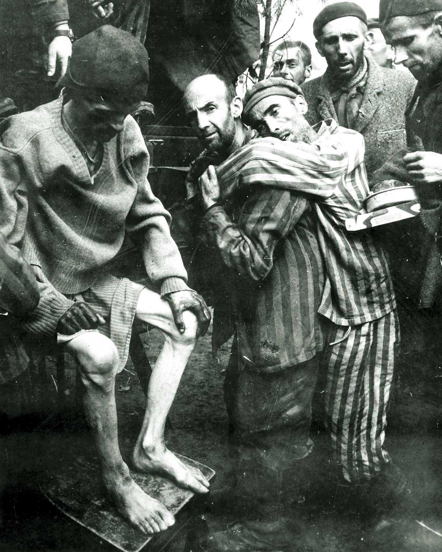 Luciano Allende Saiz portant un company a Neuengamme (4 de maig de 1945)