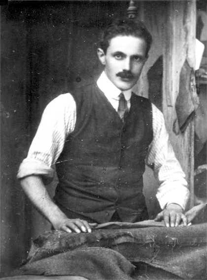 Denzio Anzani al seu taller de sastreria