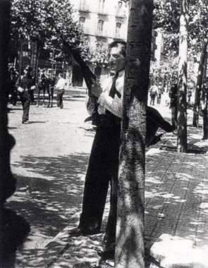 Francisco Ascaso momentos antes de morir en el asalto del cuartel de la Montaña