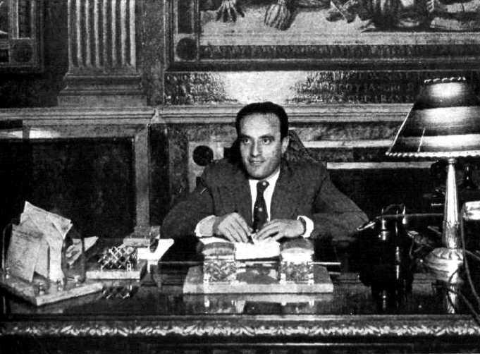 Aurelio Fernández Sánchez al seu despatx de la Conselleria de Salut i Assistència Social (1937)