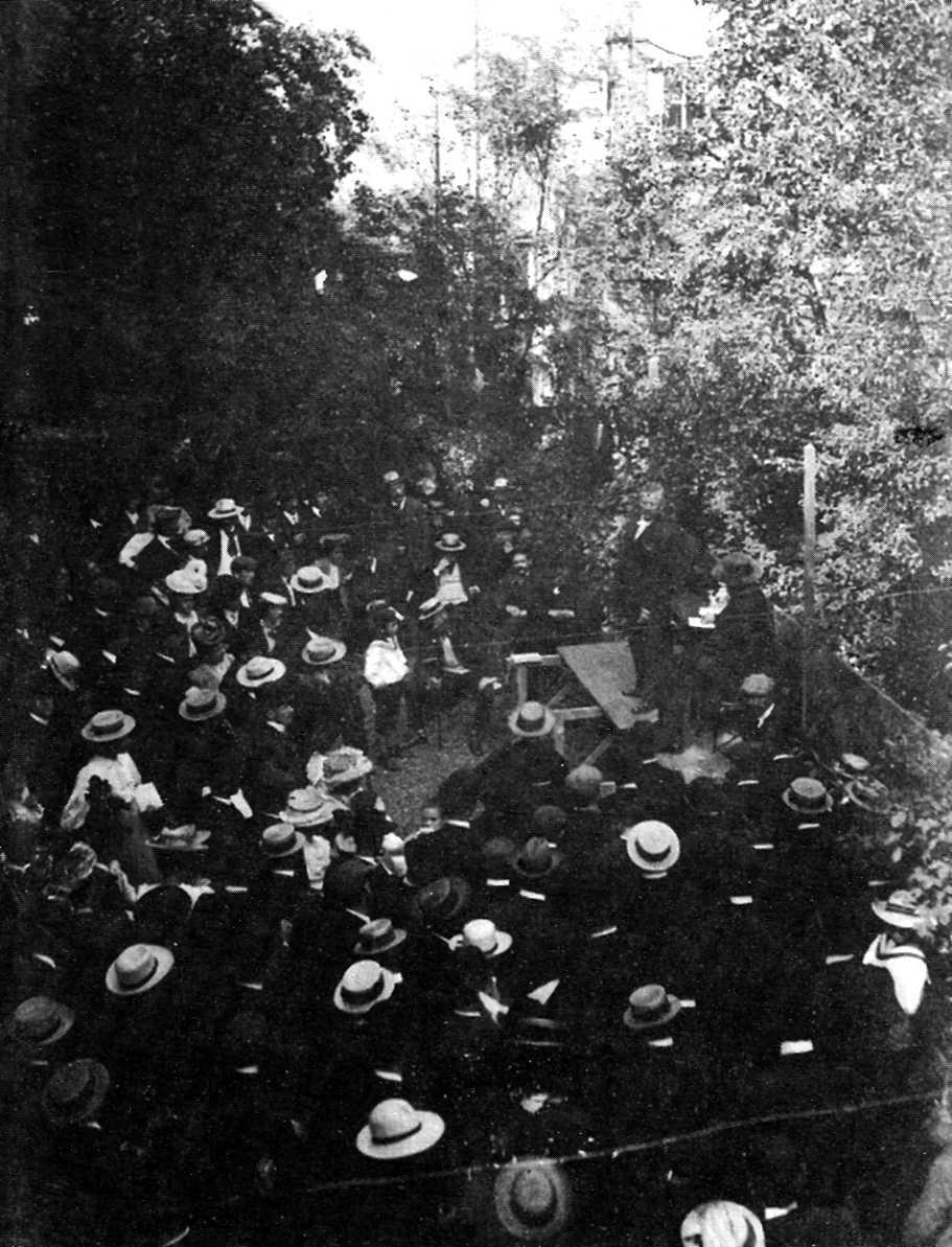Reunió pública del Congrés Anarquista Internacional d'Amsterdam d'agost de 1907. Max Baginski damunt l'estrada