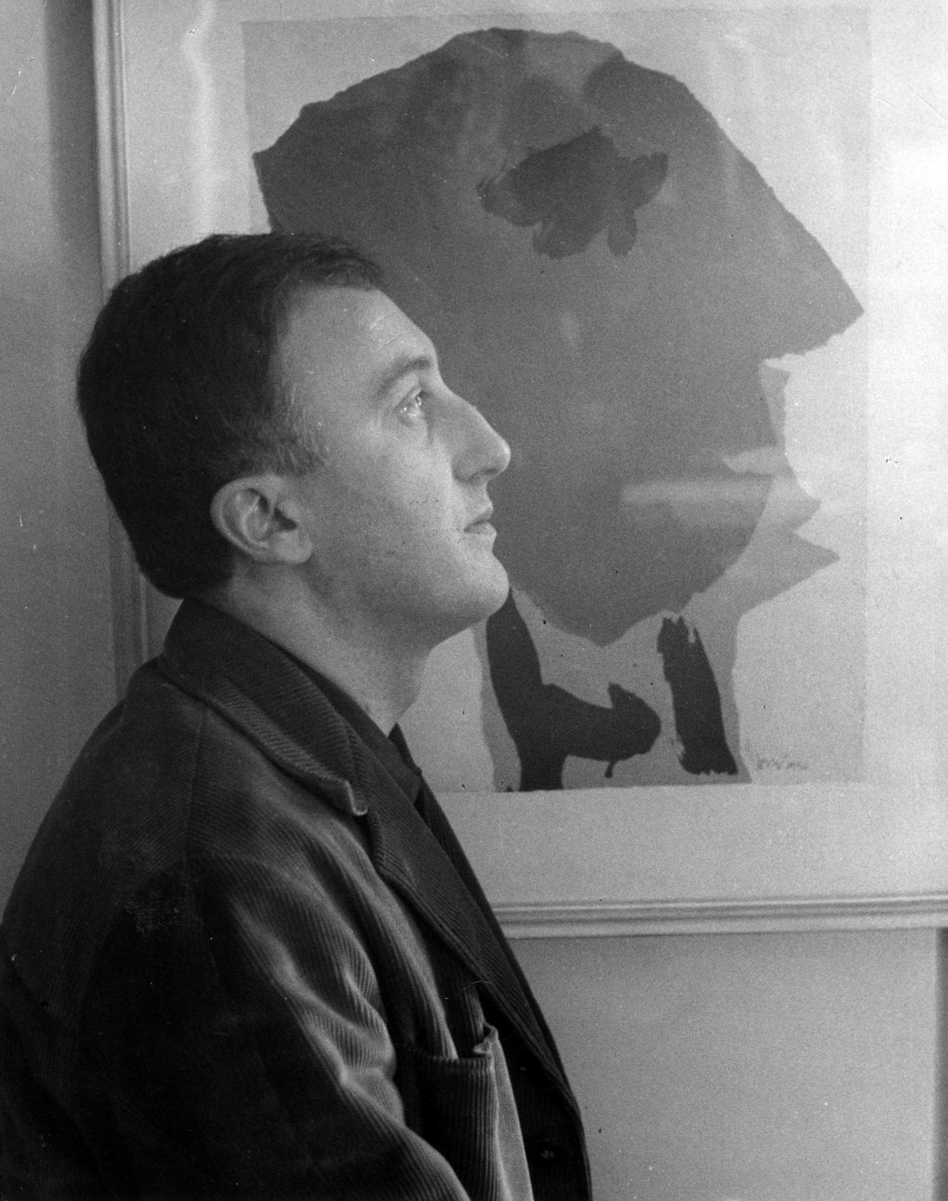 Enrico Baj davant el seu retrat realitzat per Asger Jorn (1954). Foto de Carlo Cisventi