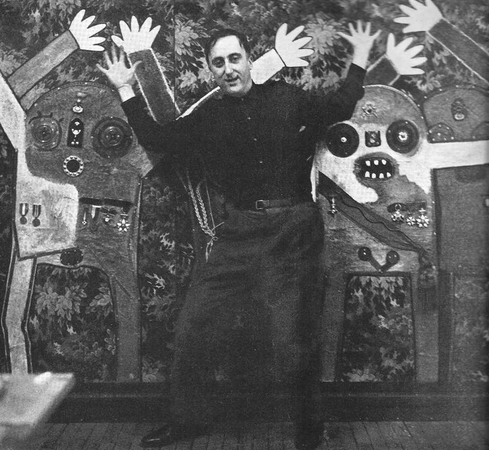 """Enrico Baj davan la seva obra """"Tu quoque, brute, fil mi"""" (juny de 1964). Foto d'Adelmann"""