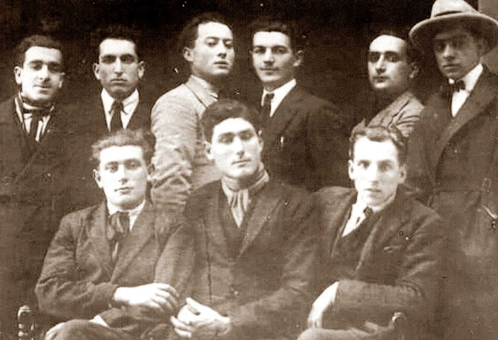 Grup anarquista de Bazzano (1925). Asseguts, d'esquerra a dreta: Gino Balestri i els germans Angelo i Raffaello Zanette. Drets, d'esquerra a dreta: Sacchetti, Sardelli, Giacomo Famigli, Pietro Monesi, Cavedoi i la persona del capell, que no ha pogut ser identificada