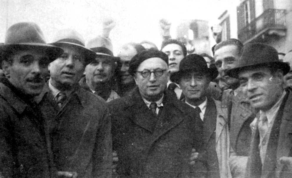 Alberto Bargagna, segon per l'esquerra, amb el socialista Pietro Nenni, al centre amb ulleres i boina, en el primer aniversari de l'alliberament de Pisa