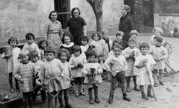 Anne Bizeau (dreta) a l'escola de Maciac