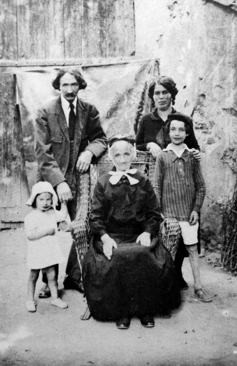 La família Bizeau (Maciac, 1926): Eugène, sa mare, Anna, Claire (tres anys) i Max (vuit anys)