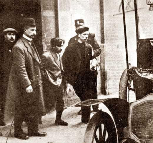 La detenció de Raymond Callemin (al centre) i Pierre Jourdan (amb gorra)