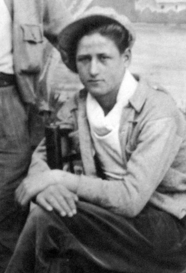 Canuto Pedro Marcos Centenera (Canuto), poc després d'allistar-se en la 49 Brigada Mixta