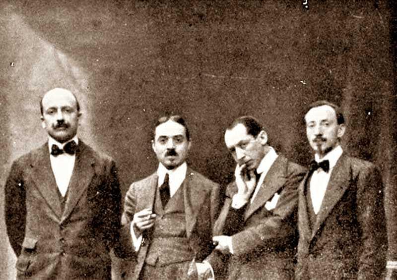 D'esquerra a dreta, els futuristes: Filippo Tommaso Marinetti, Carlo Carrà, Umberto Boccioni i Luigi Russolo