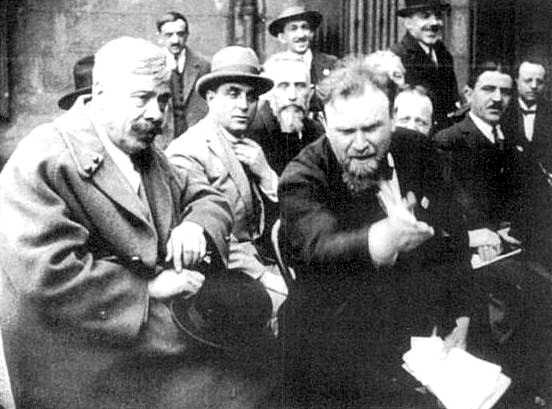 Gustave Cauvin, a la dreta amb uns papers, amb Eugène Reboul, primer director de la Filmoteca Pedagògica de Sant-Etiève (Sant-Etiève, 1926)
