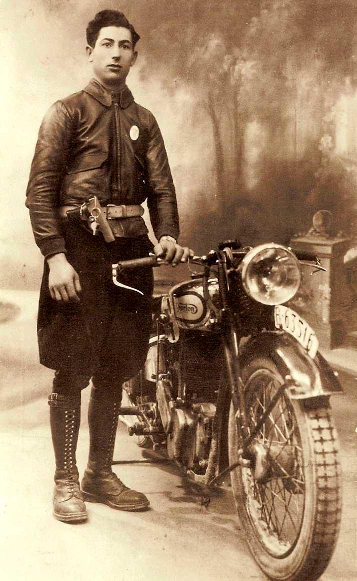 José Cayuela Cayuela amb l'uniforme i la moto de la Generalitat de Catalunya