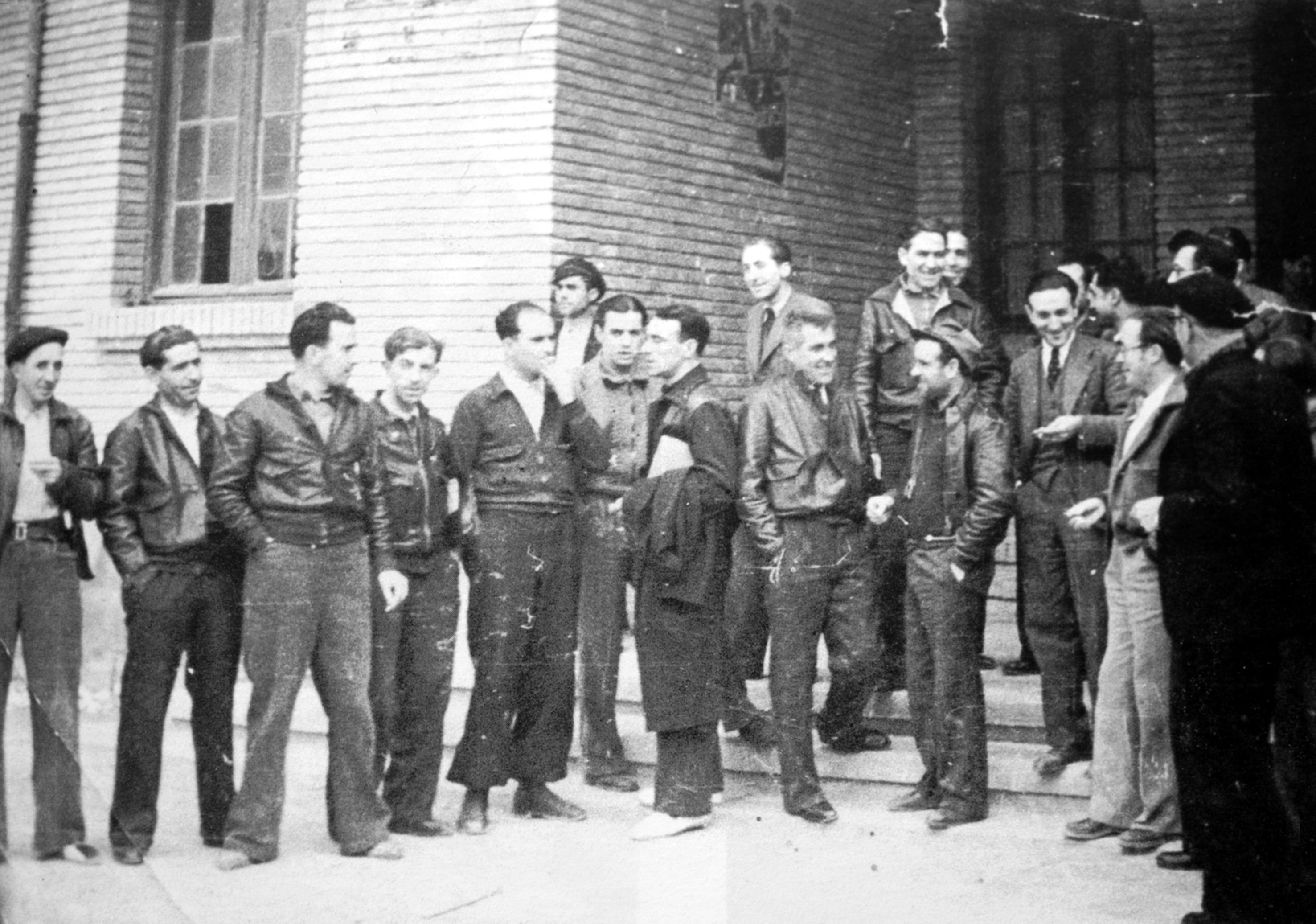 Membres del Consell d'Aragó a l'entrada de la seva seu a Casp (1937)