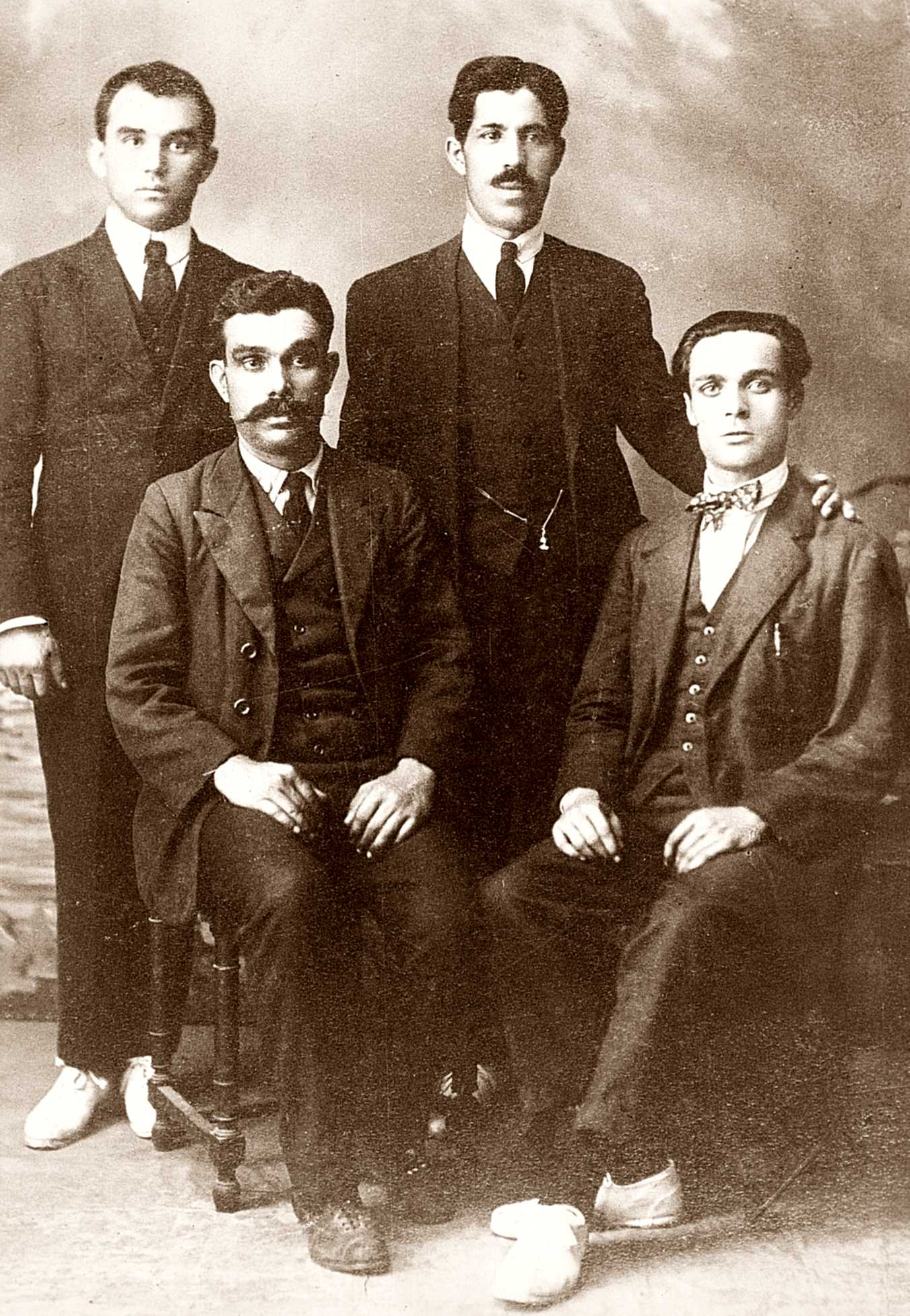 Dret a l'esquerra Ácrato Lluc; asseguts, a l'esquerra Manuel Joaquin de Sousa, i a la dreta Sebastià Clarà (Barcelona, 12 de novembre de 1930)