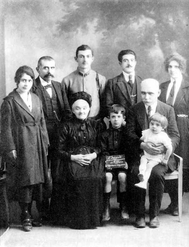 Victor Coissat (amb un infant a les mans) i alguns «integralistes» no identificats (Tours, ca. 1920)