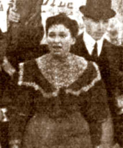 María Collazo parlant als congregats en l'enterrament de Miguel Pepe, mort durant la Vaga dels conventillos (26 d'octubre de 1907)