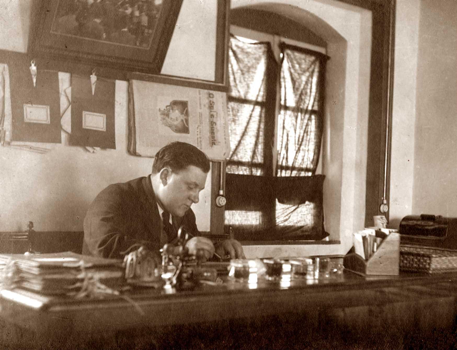 Miguel Correia al seu despatx. Foto de Salon da Graça de Lisboa (ca. 1925)