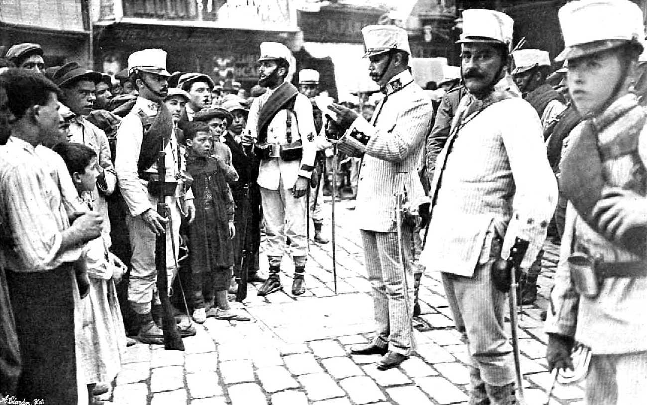 El major de la plaça llegint el ban del capità general Echagüe que declara l'Estat de Guerra a la regió [Foto de Barberà Masip]
