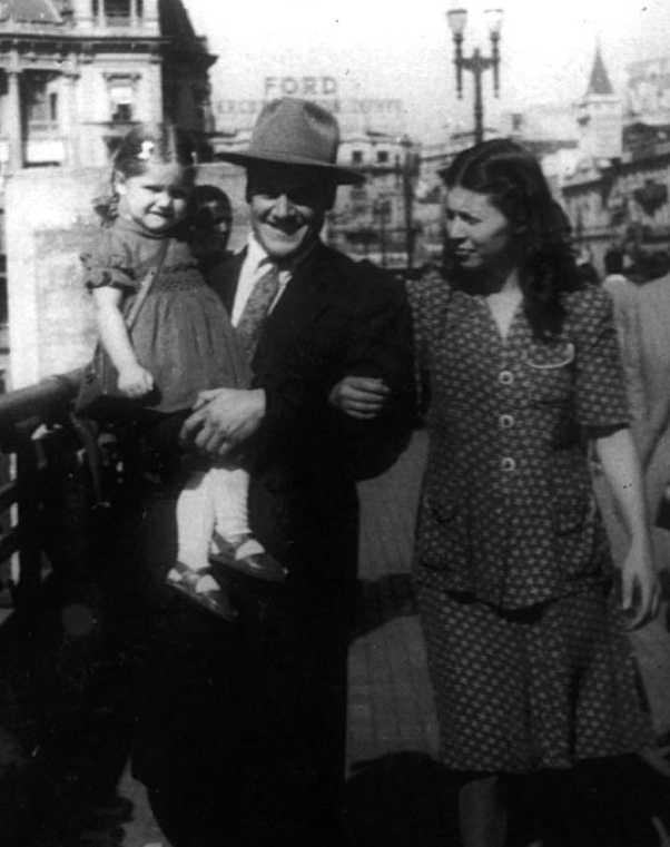 La família Dall'Oca (Clara, Virgilio i Nair) al Viaduto do Chá de Sao Paulo (1943)
