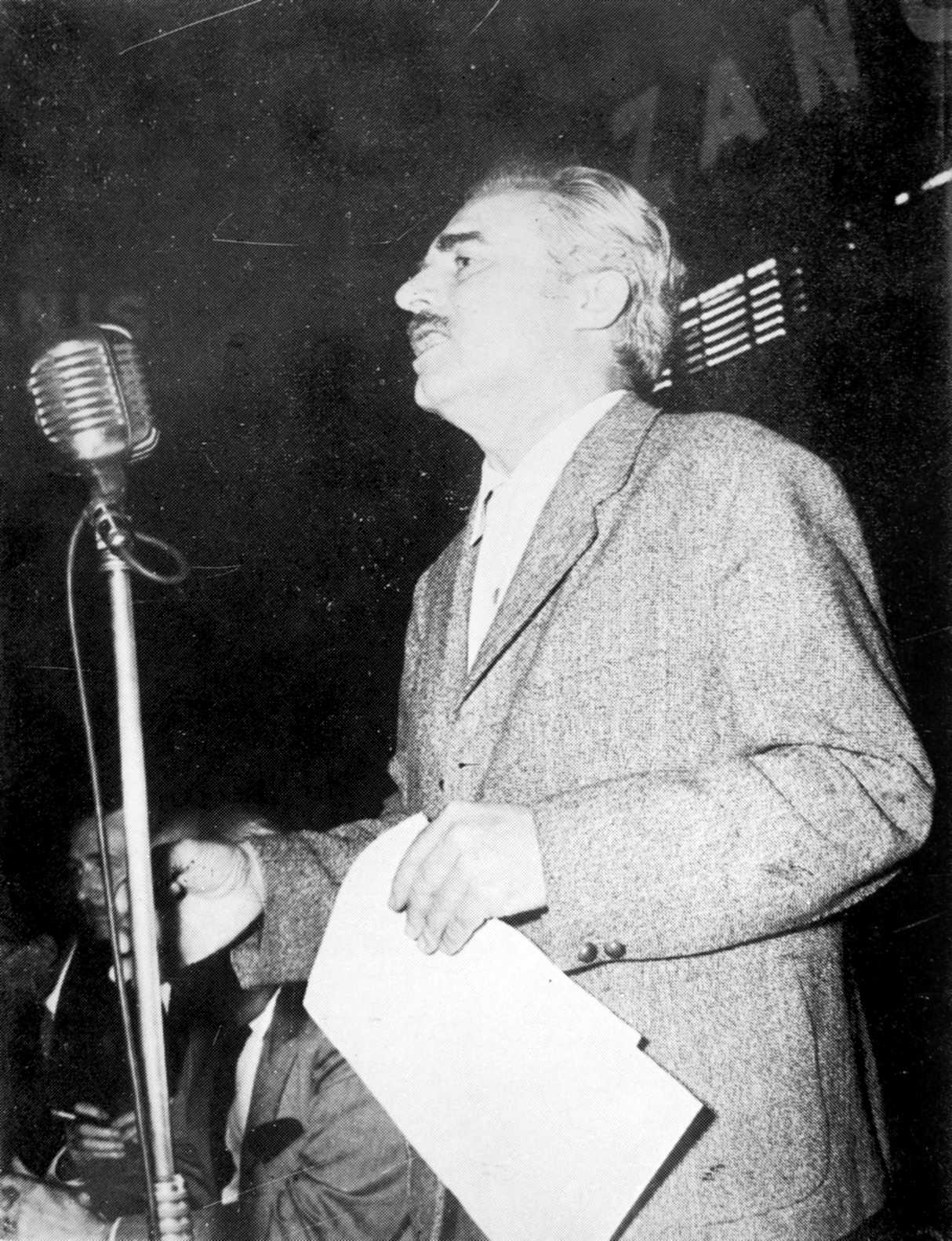 Luis Danussi en una assemblea al Luna Park (1958)