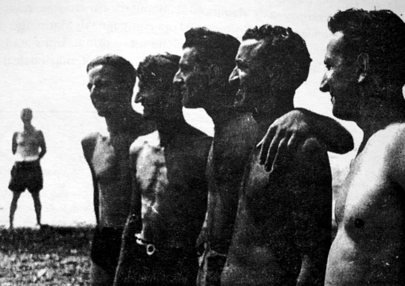 Campament Internacional Anarquista (Marina di Cecina, 1953). D'esquerra a dreta: Egisto Gori (al fons), Livio Azzimonti, Mario Barbani, Pietro Ferrua, Federico Ernovino i Bruno Furlotti
