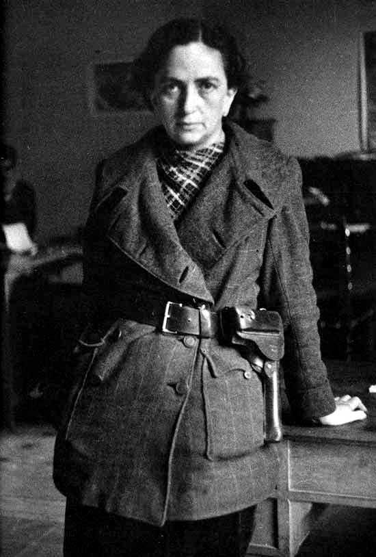 Mika Etchebehere durant la Guerra Civil en una foto atribuïda erròniament per alguns a Margarita Nelken