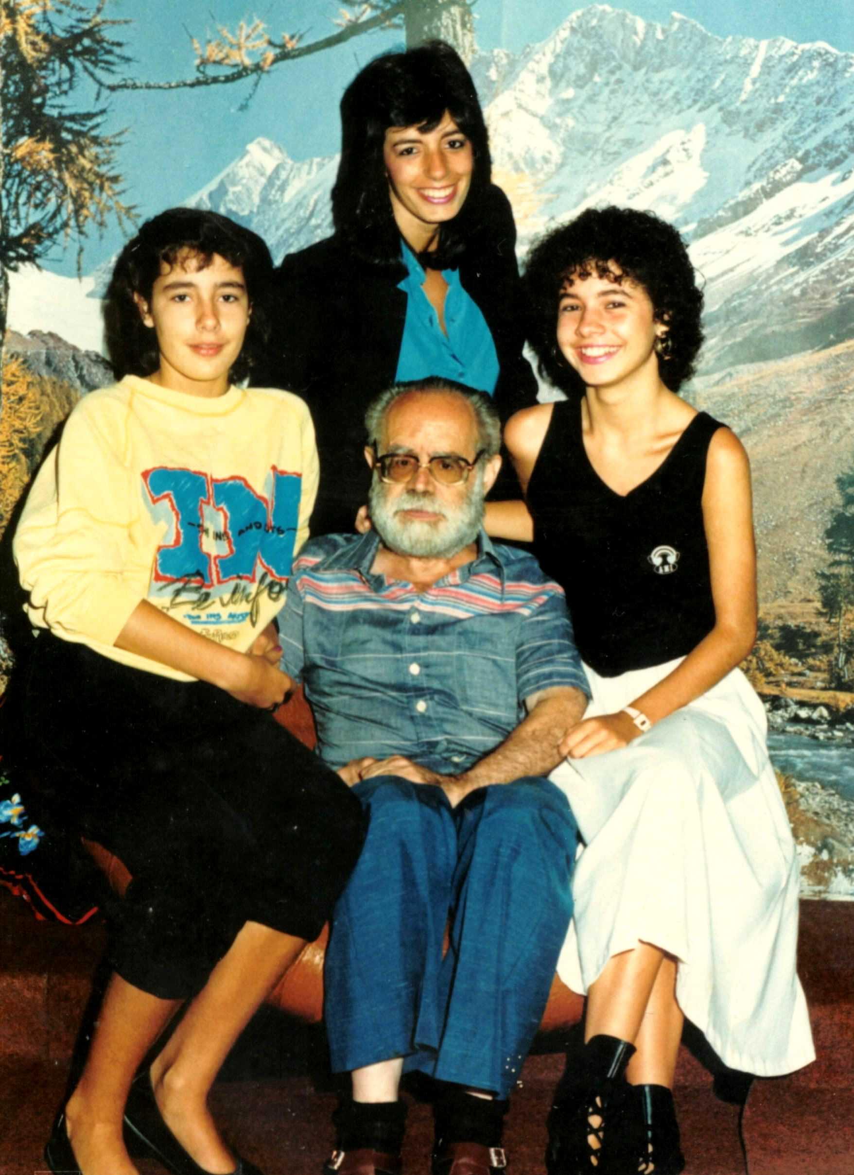 Manuel Fernández Rodríguez y ses nietas (años ochenta) [losdelasierra.info]