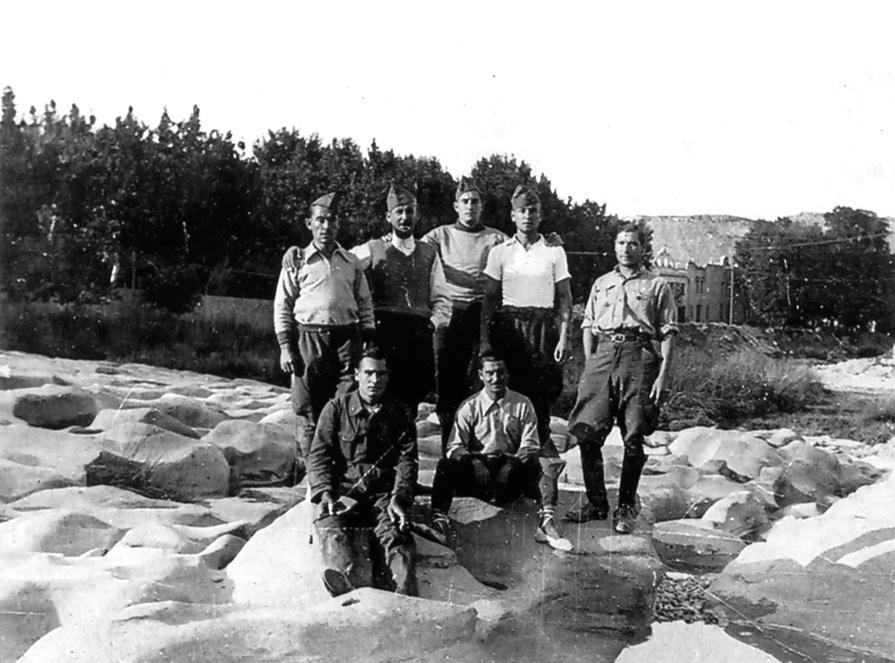 Josep Fontcuberta Nivera (dret segon per l'esquerra) al front [losdelasierra.info]