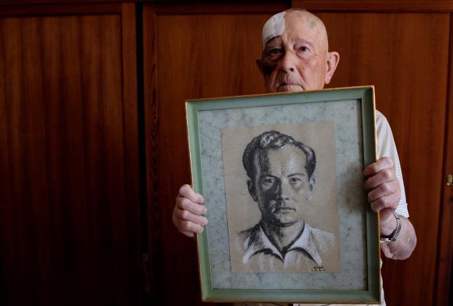Josep Muntaner Cerdà portant el retrat al pastel realitzat per Guillem Gayà quan ambdós estaven tancats a la presó provincial de Palma en 1940