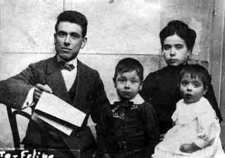 Juan Gallego Crespo, sa companya Eustaquia Santisteban Molina i dos infants de la parella (Úbeda, 1914)