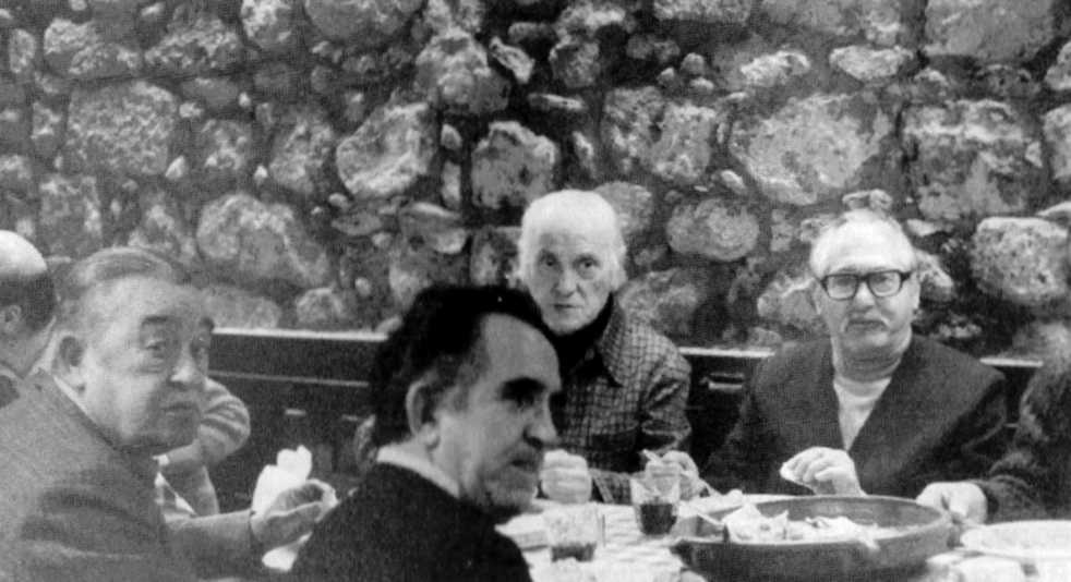 """Luis García Gallo (amb ulleres) en un dinar; a la seva dreta el pintor Francisco Bengoa Garteiz (""""Patxi Bengoa""""), amic de la infancia"""