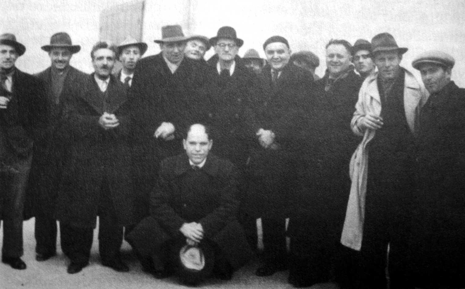 I Congrés de la FAI (Carrara, 15-19 de setembre de 1945). Marcello Bianconi, quart per la dreta. A la seva dreta Ugo Fedeli. A la gatzoneta Ugo Mazzucchelli