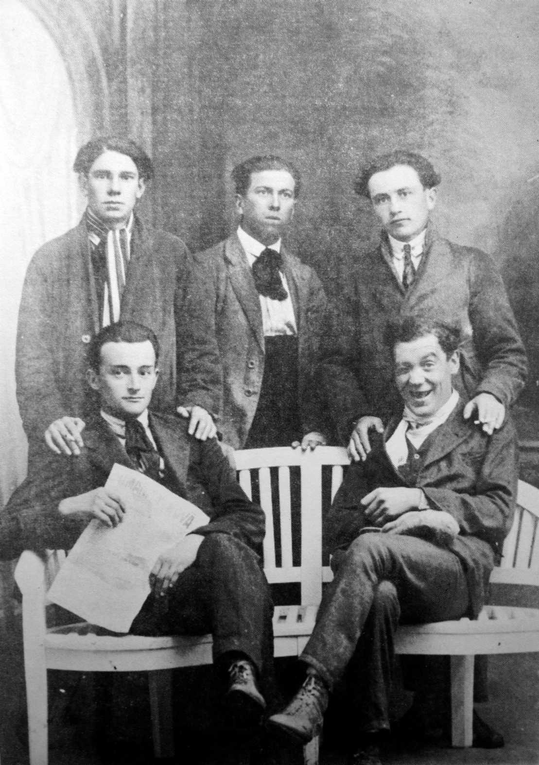 Joves anarquistes. D'esquerra a dreta: Rivoluzio Gilioli, Renzo Cepelli, ?; (asseguts) Luigi Evangelista i Antonio Gramantieri (Mòdena, començaments de 1920)