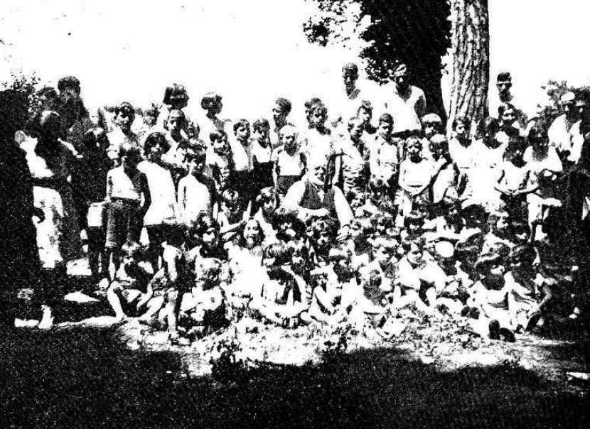 Max Nettlau, al centre de la foto, envoltat d'infants i jovent a la gira campestre