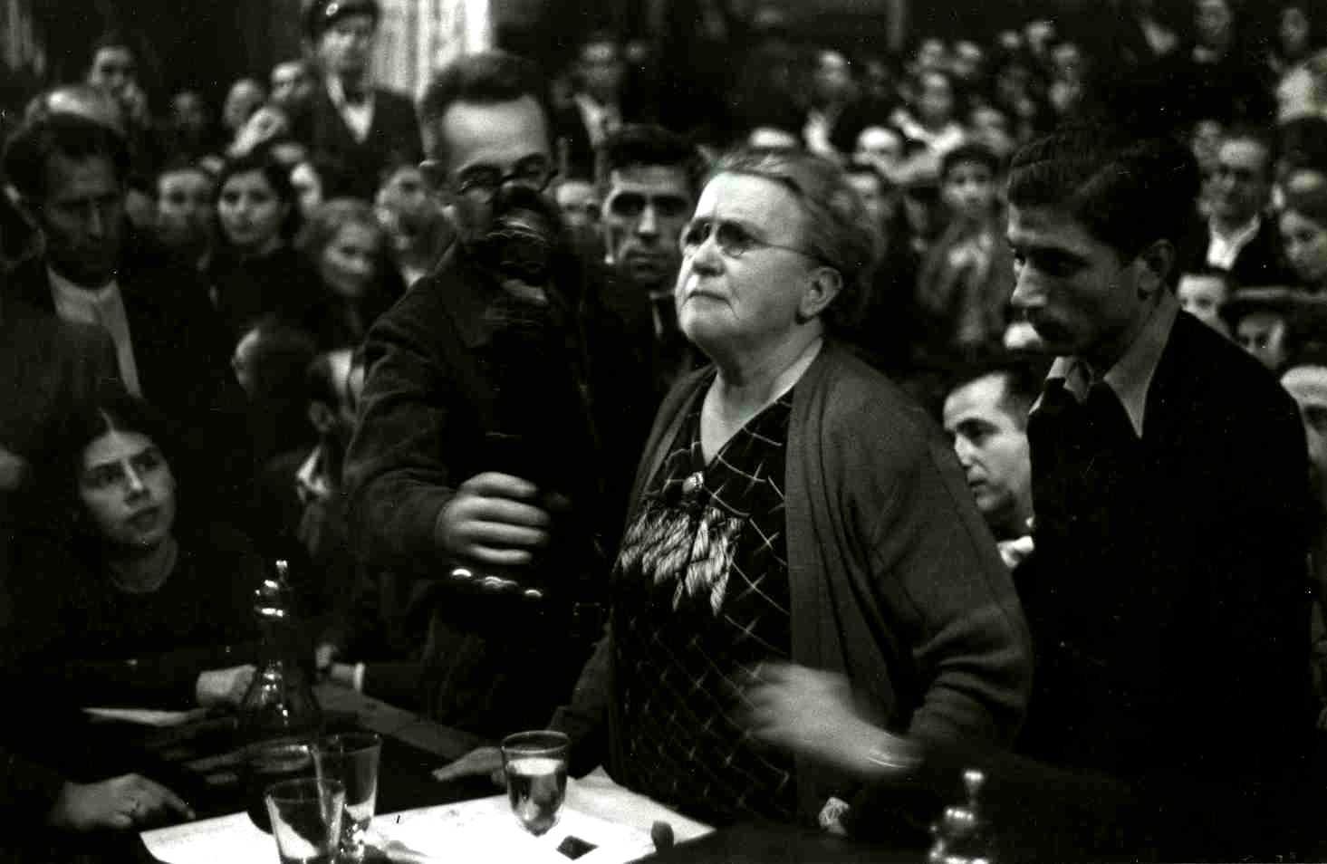Emma Goldman en el míting de la CNT-FAI del 18 d'octubre de 1936 a Barcelona. A la seva dreta Jacinto Toryho i a la seva esquerra Juan Francisco Asó