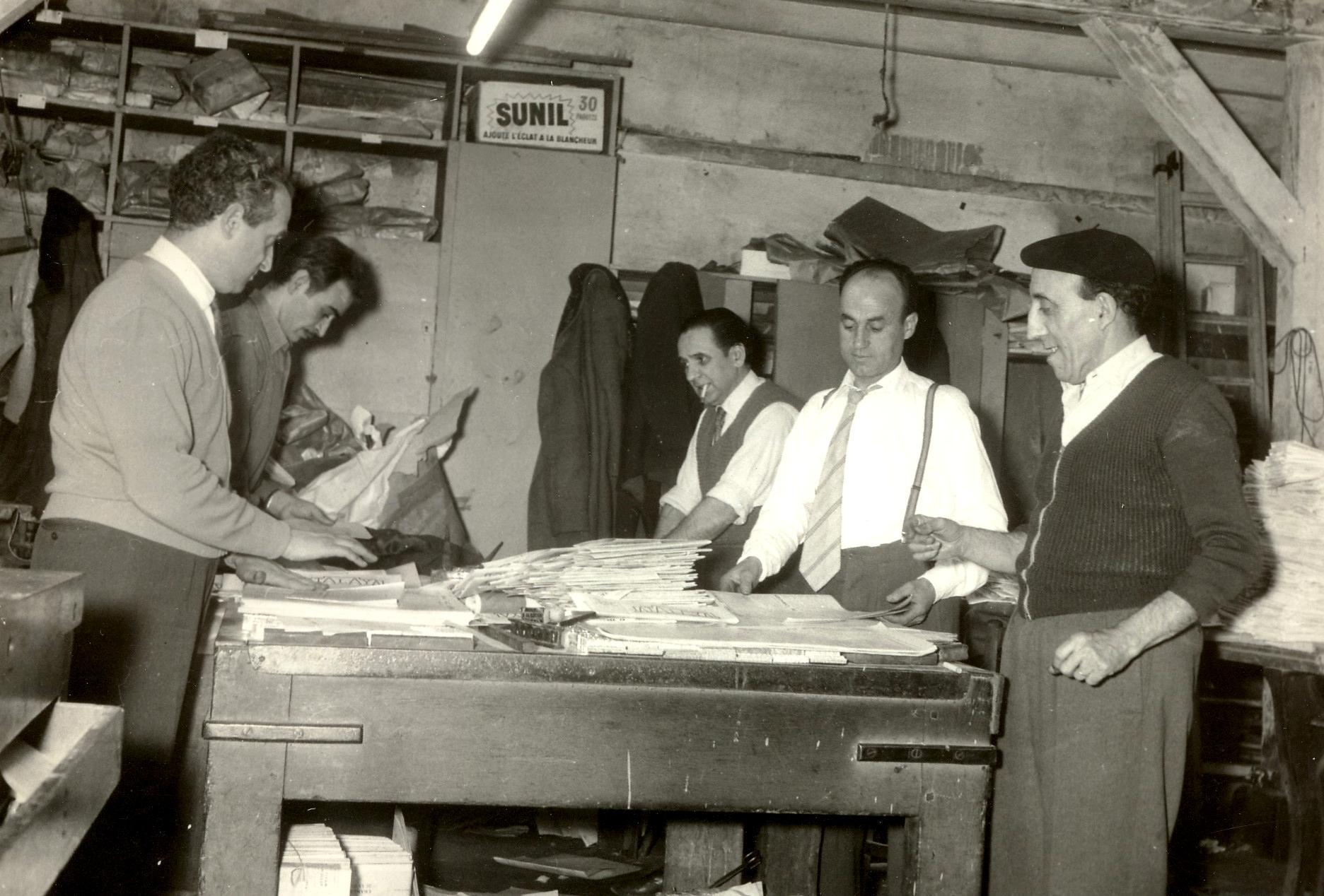 """Confeccionant el periòdic """"Atalaya"""". D'esquerra a dreta: José Dueso, Antoni Téllez, Fernando Gómez Peláez, José Muñoz i Molinos (1958)"""