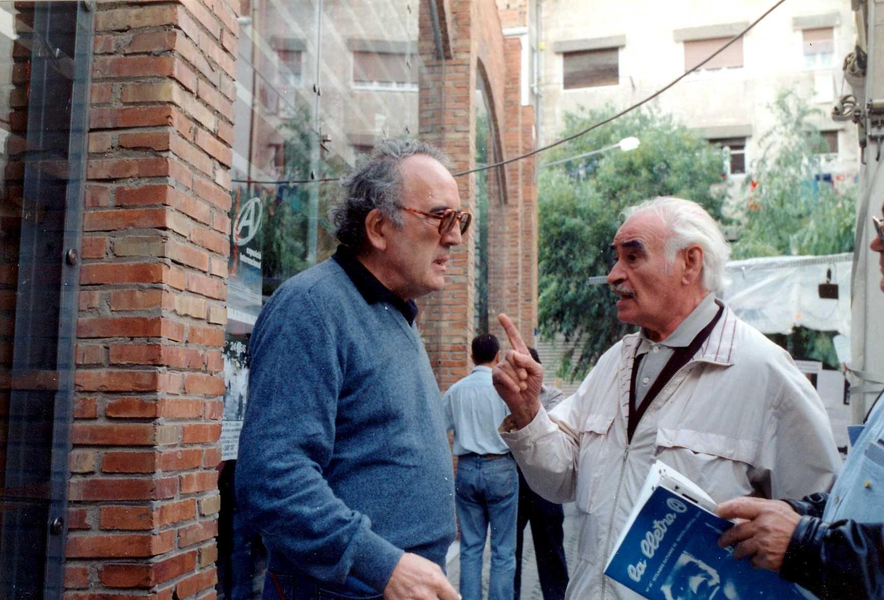Salvador Gurucharri (esquerra) i Antoni Téllez Solà durant l'Exposició Internacional de l'Anarquisme (Barcelona, octubre de 1993)