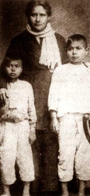 Juana Belén Gutiérrez de Mendoza amb uns alumnes