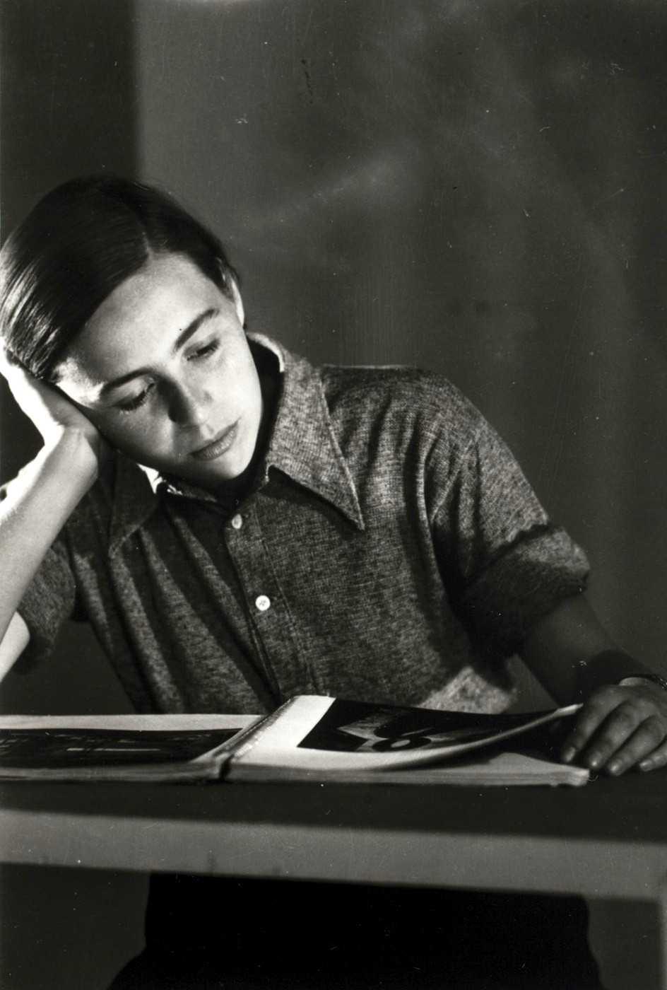 Kati Horna, en una foto atribuïda a Robert Capa, a l'estudi de Jozsef Pesci (Budapest, 1933)