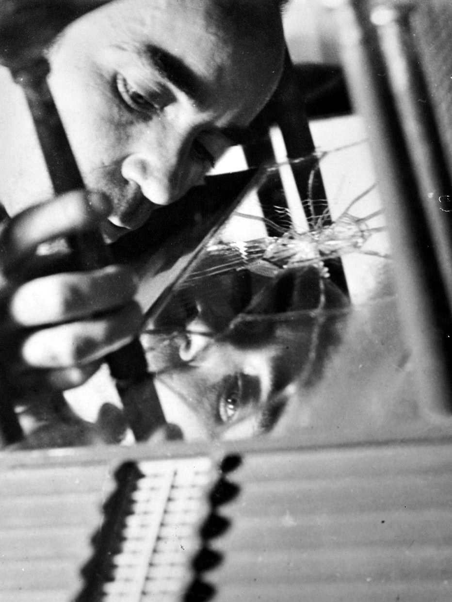 Jóse Horna fent la maqueta de la casa d'Edward James (Mèxic, 1960)