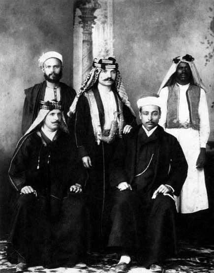 D'esquerra a dreta; drets: Ivan Aguéli, Enrico Insabato i Abdal·lah (criat del xerif Xaraf). Asseguts: Mohammed Ali Elwibei (intèrpret de l'ambaixada italiana al Caire) i el xerif Xaraf de La Meca (Egipte, ca. 1904)