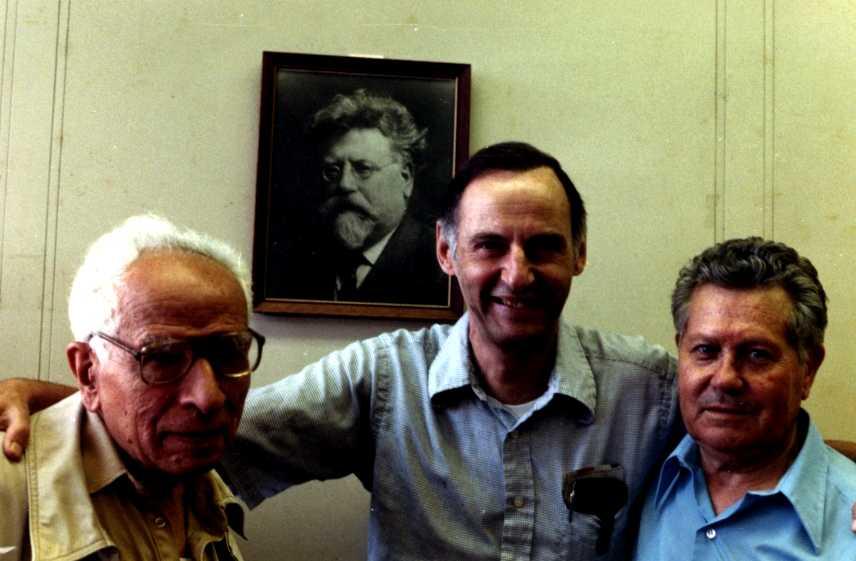 D'esquerra a dreta: Valerio Isca, Rudolf Rocker (al quadre), Paul Avrich i Federico Arcos (Nova York, 1989) [CIRA - Lausana]