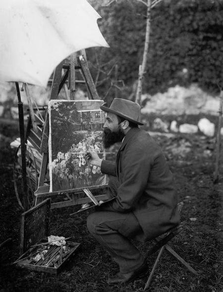 Gustave Jeanneret, fotografiat per Victor Attinger, al seu jardí a Cressier (ca. 1900)
