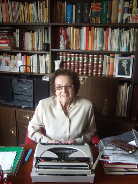 Joaquina Dorado al seu despatx (Barcelona, 2008). Foto de l'Associació per la Cultura i la Memòria de Catalunya (ACMe)