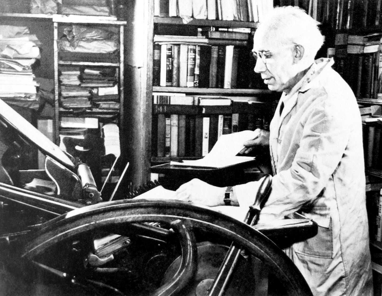 Joseph Ishill a la seva impremta de Berkeley Heights (New Yersey, EUA)