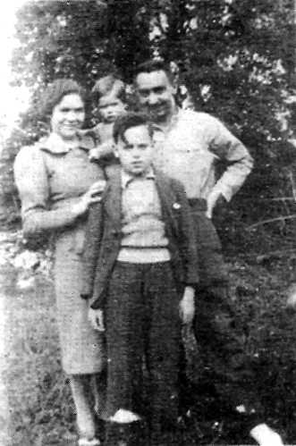La familia Floristán: Acracio los brazos de su madre Nieves González, Julián Floristán y el hijo mayor Leandro (Veluché, mayo de 1940)