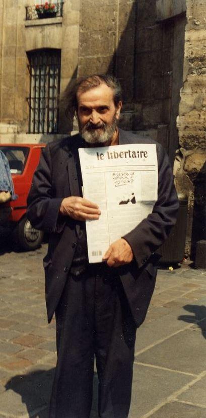 """Maurice Laisant venent """"Le Libertaire"""" en una manifestació antinuclear (30 de juny de 1991)"""