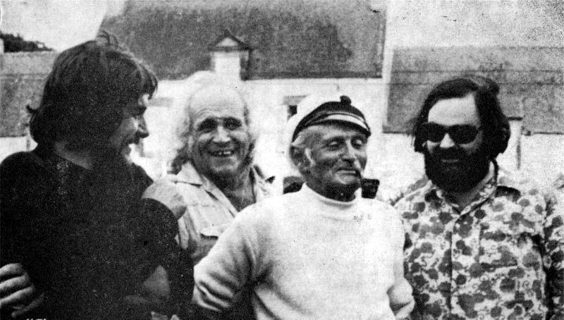 René Lochu (amb pipa), Léo Ferré i altres companys a la bretona Sarzeau (agost de 1972)